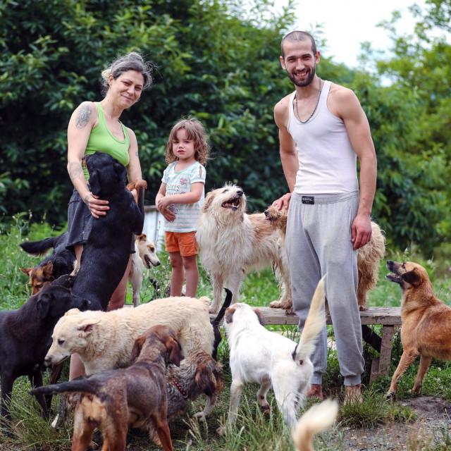 Udruga za zaštitu životinja Anima Dvor, Mila s roditeljima i psima