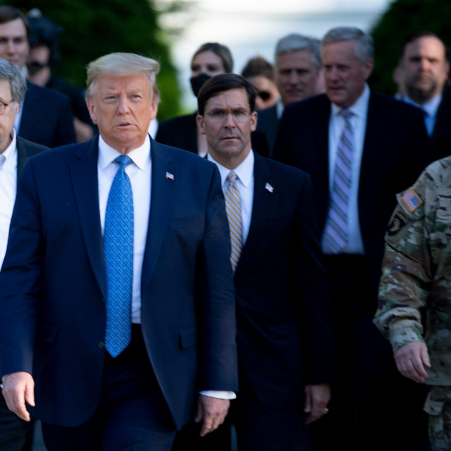 Američki predsjednik Trump u pratnji glavnog tužitelja Barra i načelnika Milleya
