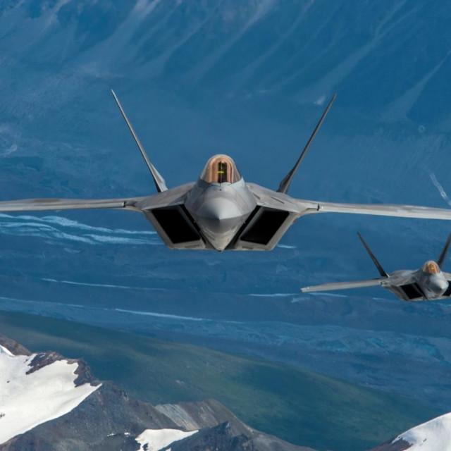 Dva američka F-22 Raptora u letu iznad Aljaske