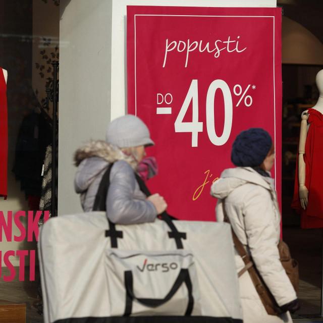 Zagreb, 020115.<br /> Prvog radnog dana nove godine zapocela su sezonska snizenja u trgovinama.<br /> Na fotografiji: sezonski popusti do 40% u trgovini u Ilici.<br />