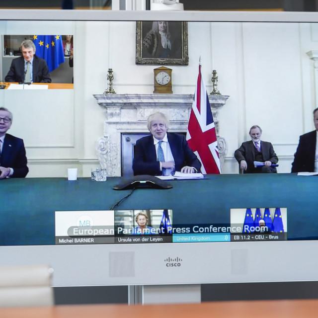 Videokonferencija i sastanak na visokoj razini oko sastavljanja trgovinskog sporazuma između Bloka i Ujedinjene Kraljevine nakon Brexita. Na slici s lijeva na desno: ministar u vladi Michael Gove, britanski premijer Boris Johnson i britanski pregovarač David Frost. U gornjem kutu lijevo: predsjednik EU parlamenta David Sassoli