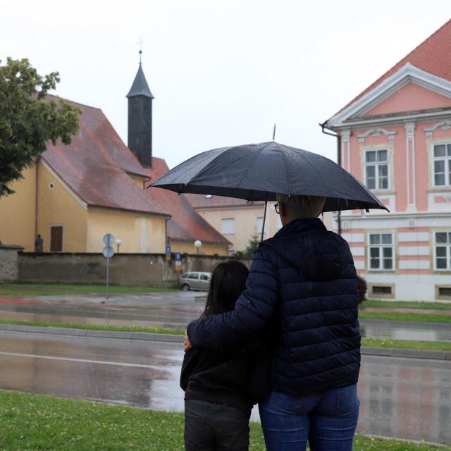 Desetogodišnja djevojčica i njezina majka snimljene ispred kapucinske crkve u Varaždinu u kojoj djevojčici nisu dopustili da primi sakrament prve pričesti