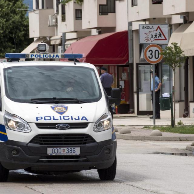 Oko podne u Zagrebačkoj ulici u Opuzenu opljačkana je poslovnica OTP banke.<br /> <br /> Pljačkaš je u banku upao oko podneva te je prisilio troje službenika da mu predaju novac. Kako doznajemo, u trenutku pljačke u banci nije bilo klijenata. Na sreću, nitko od službenika nije ozlijeđen. U tijeku je istraga, a u ovom trenutku policija još ne može potvrditi da se radi o oružanoj pljački.<br /> <br /> Očevid na mjestu događaja obavljaju djelatnici PP Metković a za pljačkašem koji je otuđio za sada neutvrđenu svotu novca se intenzivno traga.
