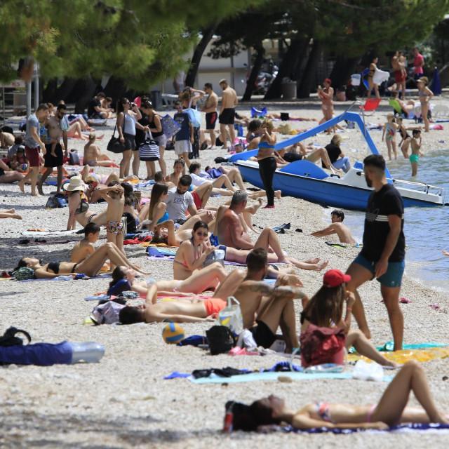 Kupaci na makarskoj glavnoj plazi