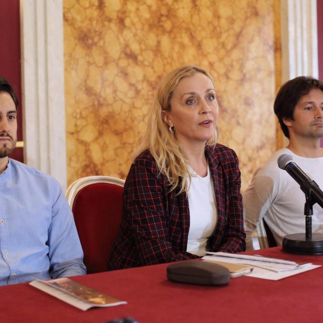 Jadranka Petrović, voditeljica marketinga (druga s lijeva) i Vuk Ognjenović, voditelj Baletnog ansambla HNK Osijek.<br />