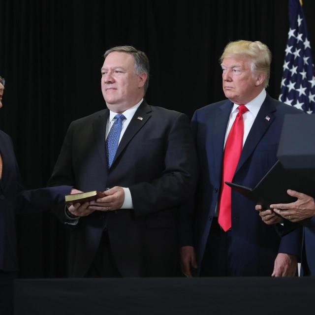 Gina Haspel postala je direktorica CIA-e 2018. godine, a istragu o curenju naručio je tadašnji državni tajnik Mike Pompeo (drugi slijeva)