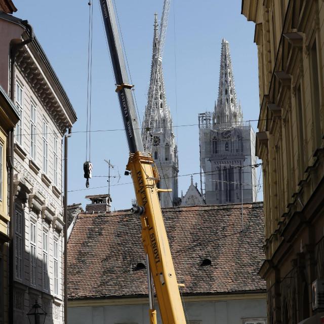 Zagreb, 080420.<br /> Krvavi most.<br /> Vizurom grada ovih dana dominiraju dizalice kojima se popravljaju krovovi zgrada osteceni u potresu<br /> Na fotografiji: dizalica u Tkalcicevoj<br />