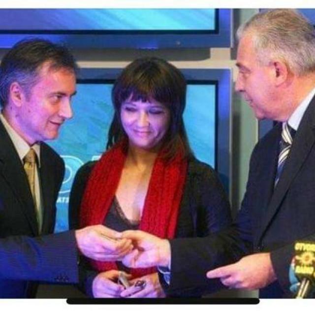 Ivo Sanader uručuje člansku iskaznicu Miroslavu Škori
