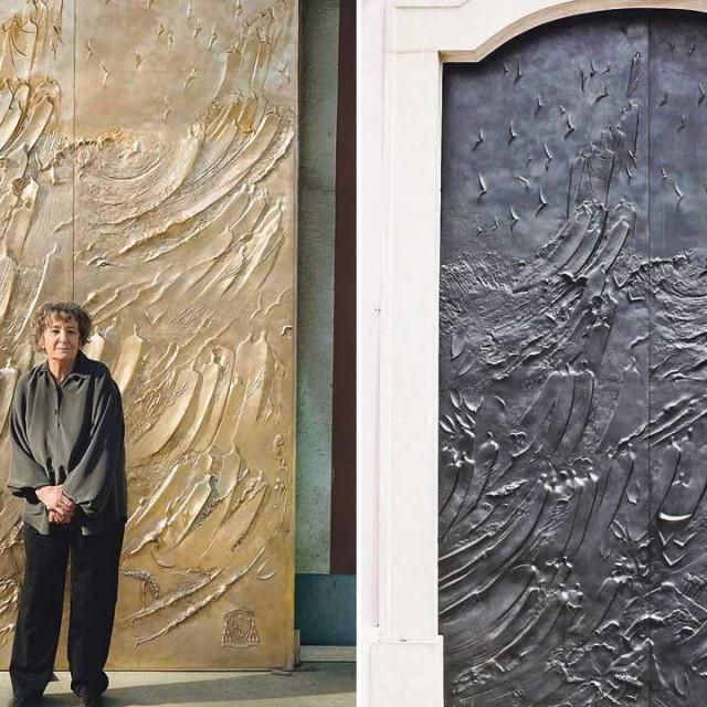 Marija Ujević-Galetović i brončana vrata nekad (lijevo) i sad (desno)
