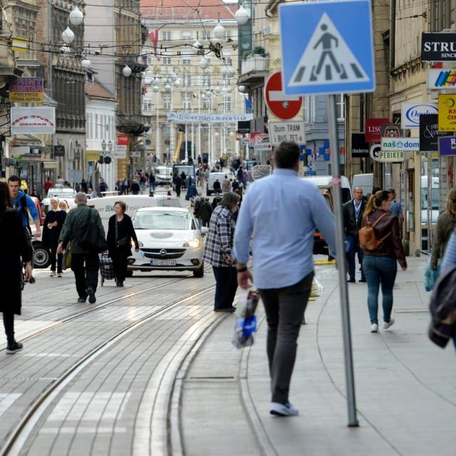 Zagreb, 300420<br /> Kako centrom grada ne voze tramvaji zbog ostecenja potresom, Ilica je puna ljudi.<br /> foto: Bruno Konjevic/CROPIX