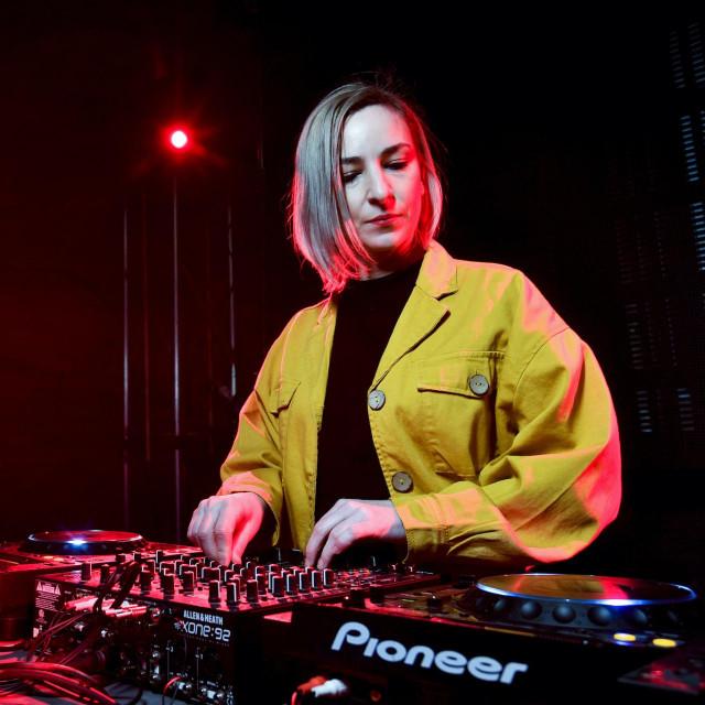 Osijek, 060320.<br /> Suncica Barisic koja nastupa pod imenom DJ Insolate, fotografirana u klubu Bastion.<br />