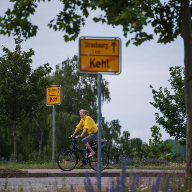 Biciklistica vozi na ruti između Strasbourga u Francuskoj i Kehla u Njemačkoj