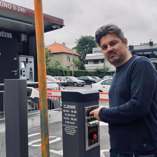 Dario Juričan na parkiralištu koje je donedavno bilo u suvlasništvu Miroslava Škore