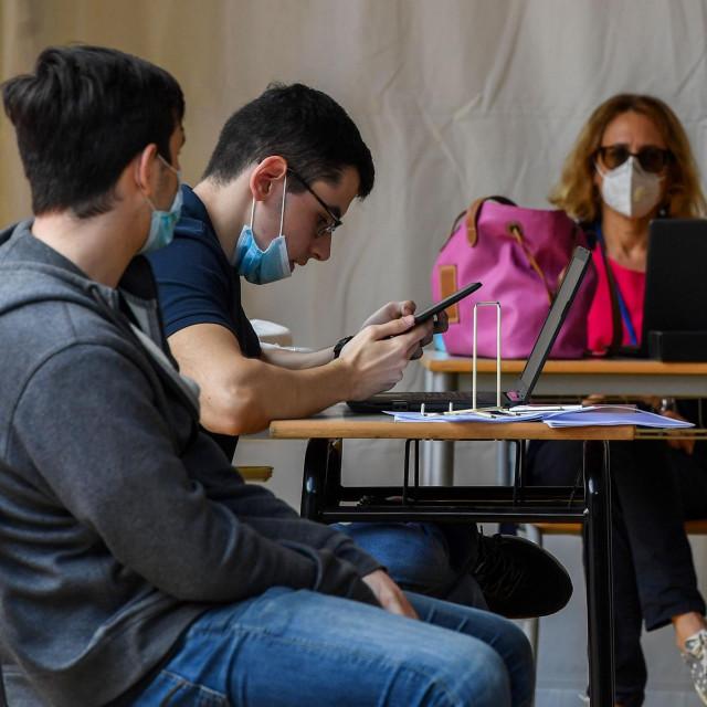Srednjoškolci u šatoru u Rimu polažu maturu