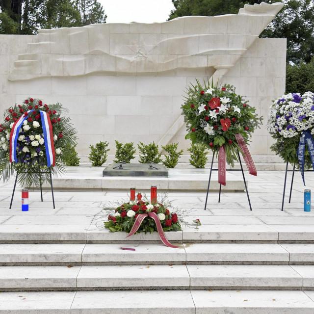 Povodom Dana antifašističke borbe i Dana pobjede, izaslanstva SABA RH i njegovih udruga te izaslanstvo Restart koalicije položili su cvijeće na Grobnici narodnih heroja.