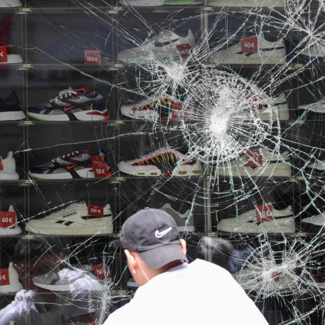 Razbijen prozor trgovine cipelama