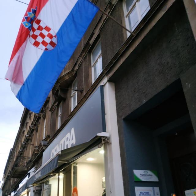Zastava na zgradi sjedišta 'Neovisni za Hrvatsku'<br />