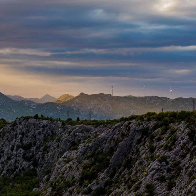 Zalaz sunca nad Dalmatinskom Zagorom i Dinarom