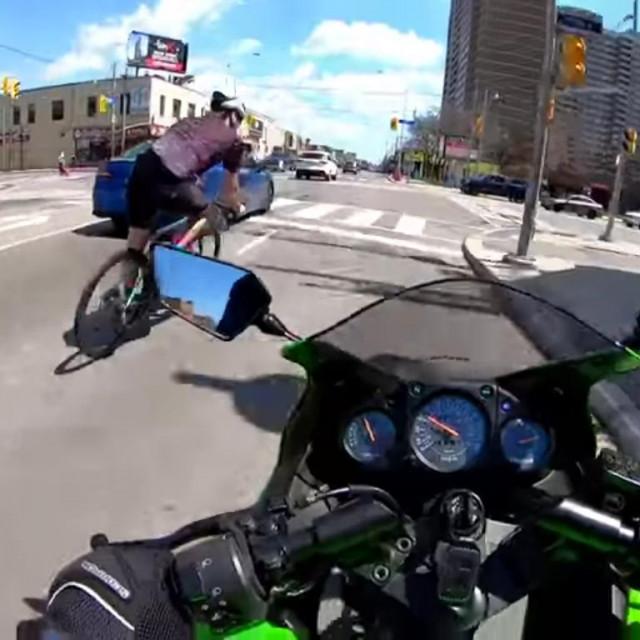 Sudar biciklista i motociklista