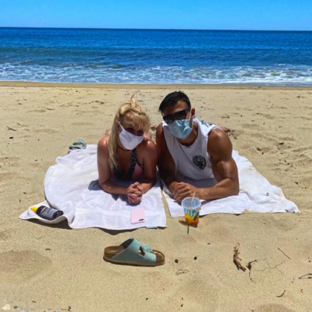 Britney i Sam na plaži