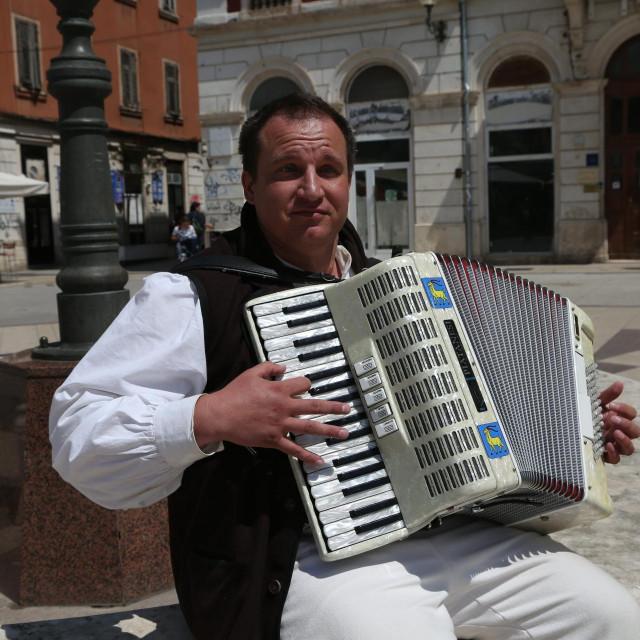 Harmonikaš Denis Jadrejčić