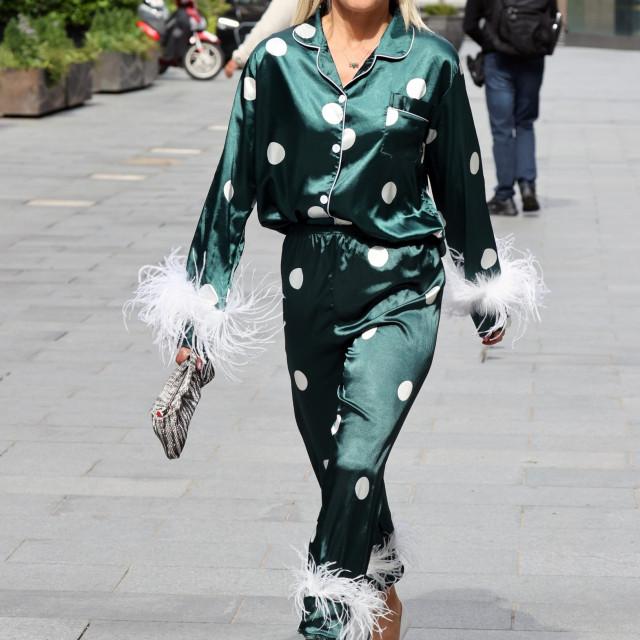 Ashley Roberts potpuno je oduševila pidžamom na točkice koju je isfurala kao odijelo na bijele štikle.