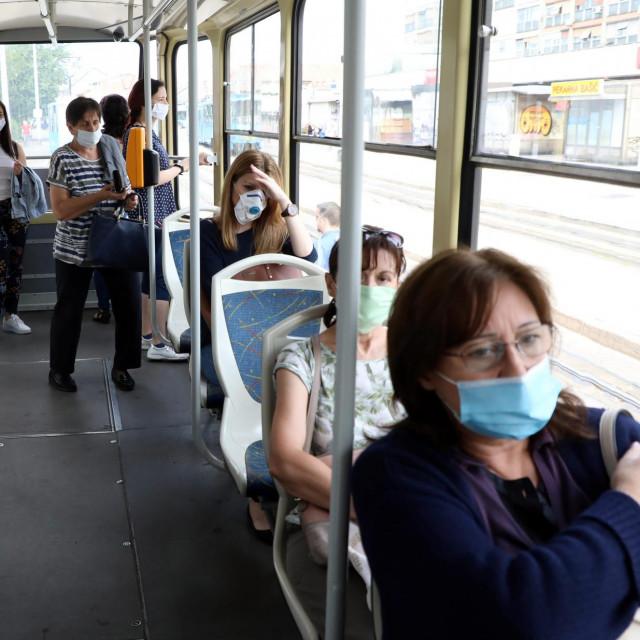 Građani s maskama u javnom prijevozu<br />