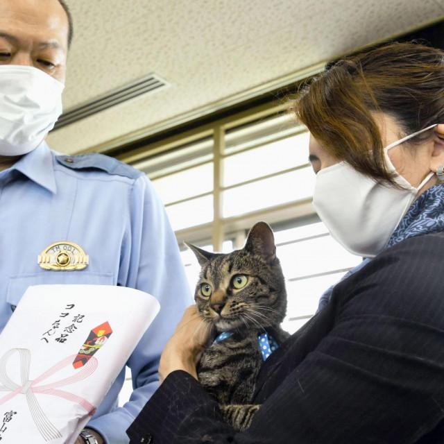 Tomoko Nitta i njezina mačka Koko na dodjeli zahvalnice u policijskoj postaji Toyama