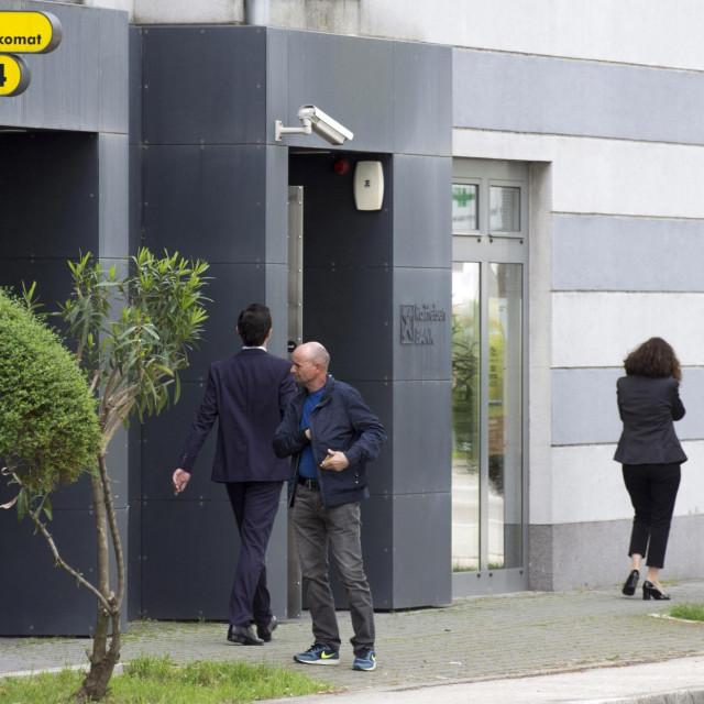 Metkovic, 240419.<br /> Raiffaisen banka u Metkovicu.<br /> Policija i Zupanijsko drzavno odvjetni�tvo provode istragu u poslovnici RBA u Metkovicu, zbog sumnje u otudenje veceg iznosa novca.<br />