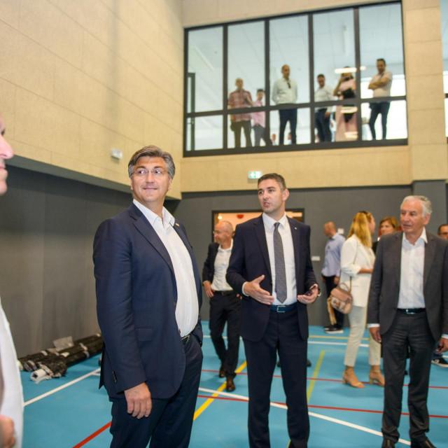 Premijer Andrej Plenković posjetio je jutros Dubrovnik, popio kavu u Gradskoj kavani i obišao obnovljenju osnovnu školu montovjerna.