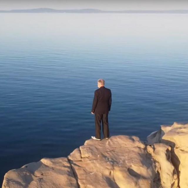 Jakoslav Rojnica stoji na stijeni