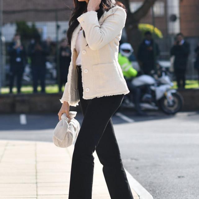 Meghan Markle nosi nešto moderniju verziju Mary Jane cipela.