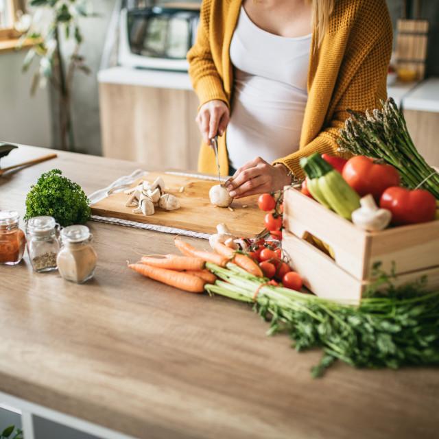 Kod trudnica sa strogom vegetarijanskom prehranom (veganskom) može doći do nedostatka vitamina B12 i kalcija
