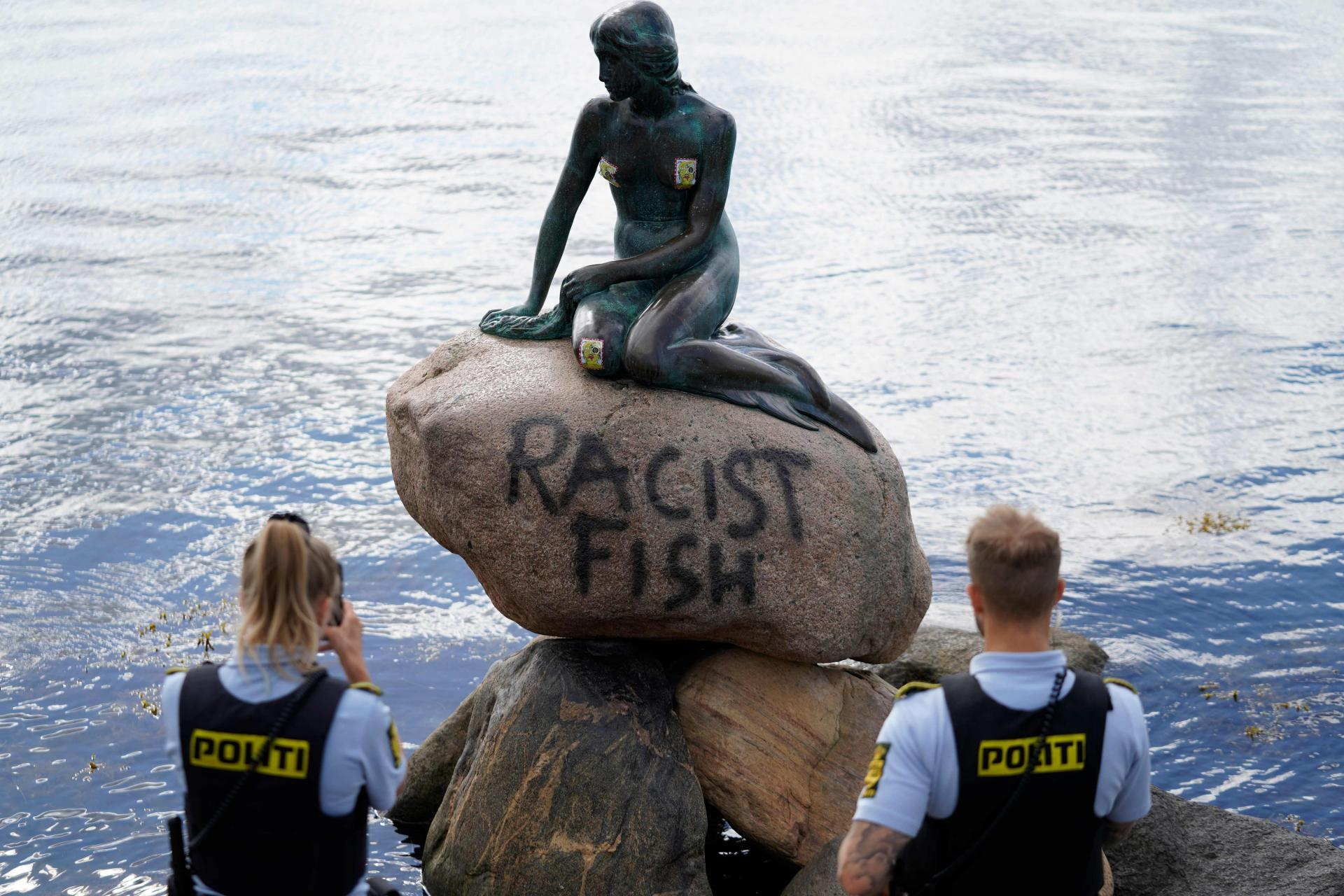 RASISTIČKA RIBA?! Simbol Kopenhagena na meti vandala: Išarana popularna Mala sirena, a ovo nije ni prvi put!