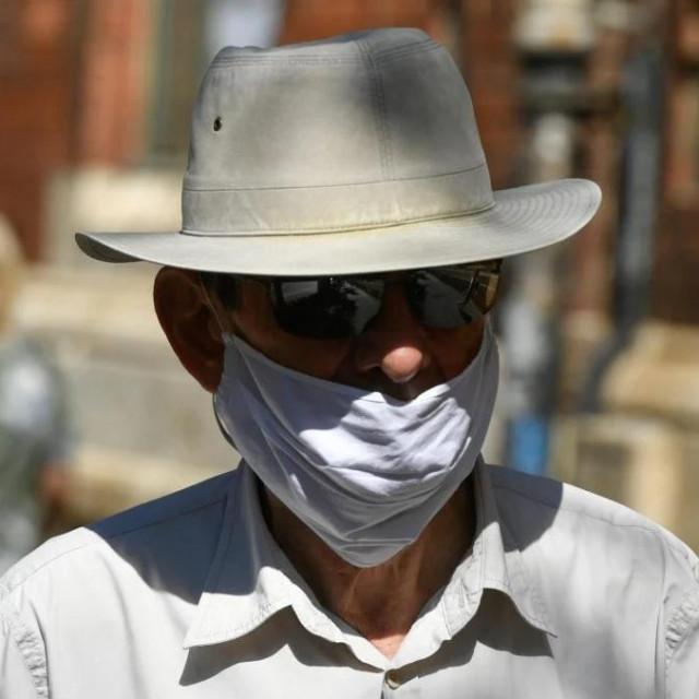 zbog povećanja broja zaraženih koronavirusom građani su počeli sve više nositi maske i na otvorenom prostoru