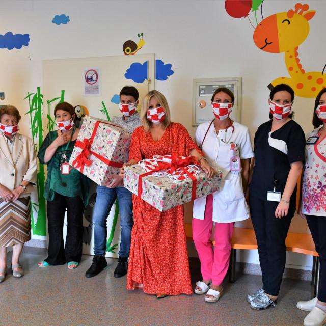 Donacija respiratora Dječjoj bolnici Srebrnjak.<br /> Katarina Milković, Ana Stavljenić Rukavina