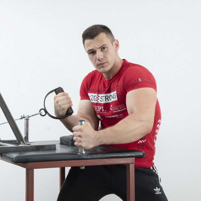 Stan kao teretana: Andrija više puta dnevno vježba preko sajle i ručke simulirajući obaranje, a radi neke segmente bodybuildinga, tricepse i bicepse