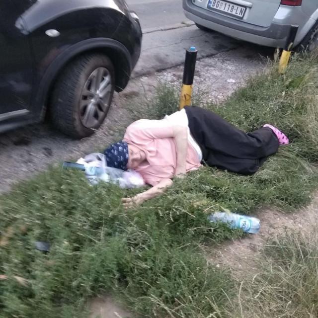fotografija 80-godišnje pacijentice koju su ostavili da leži na travi ispred bolnice zgrozila je Srbiju
