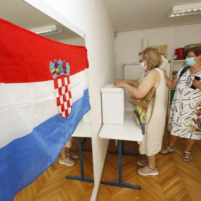 U nedjelju u 7 sati otvorena su biračka mjesta u Hrvatskoj. Do 19 sati moći će se glasovati na više od njih 6500. Birači kod ulaska na biračko mjesto dezinficiraju ruke, a većina nosi i maske, koje su pak obvezne za sve članove biračkih odbora. Njima je također preporučeno i nošenje rukavica te redovita dezinfekcija ruku. I promatrači moraju dezinficirati ruke i obvezno nositi masku, a u slučaju da ne nose zaštitnu opremu, može ih se udaljiti s biračkog mjesta. Građani diljem zemlje uglavnom se pridržavaju propisanih epidemioloških mjera i poštuju razmak od metar i pol, a kako protiču ovi parlamentarni izbori u jeku pandemije koronavirusa, pogledajte u našoj fotogaleriji.