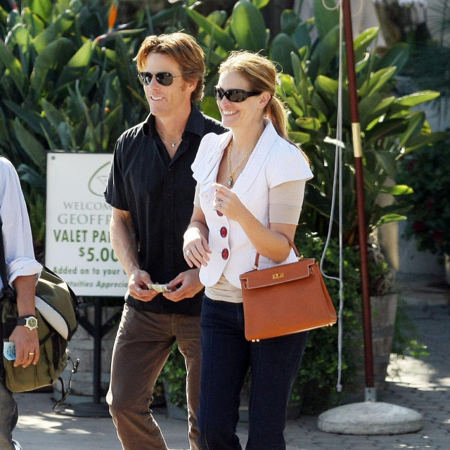 """IMAGE ID # 1603257 EXCLUSIVE...Academy Award winning actress Julia Roberts and hubby Danny Moder enjoy the Malibu sunshine and lunch at """"Geoffrey's"""" Restaurant with some friends this afternoon. Julia was all smiles as they left to collect their car, she was styled out in a crop polka dot jacket and jeans but it was her go to staple """"Hermes"""" bag in tan that pulled the whole look together!<br /> 10/24/2008 --- Daniel Moder, Julia Roberts --- - 310-395-0500/Sales: 310-395-0500,Image: 27792633, License: Rights-managed, Restrictions:, Model Release: no, Credit line: FAME PICTURES/Backgrid USA/Profimedia"""