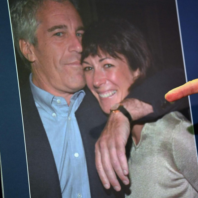 Fotografija Ghislaine Maxwell i Jeffreyja Epsteina koja je nedavno korištena tijekom predstavljanja optužnice protiv Maxwell