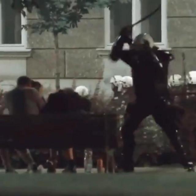 Policajac udara nenaoružanog muškarca koji sjedi na klupi u Pionirskom parku u Beogradu
