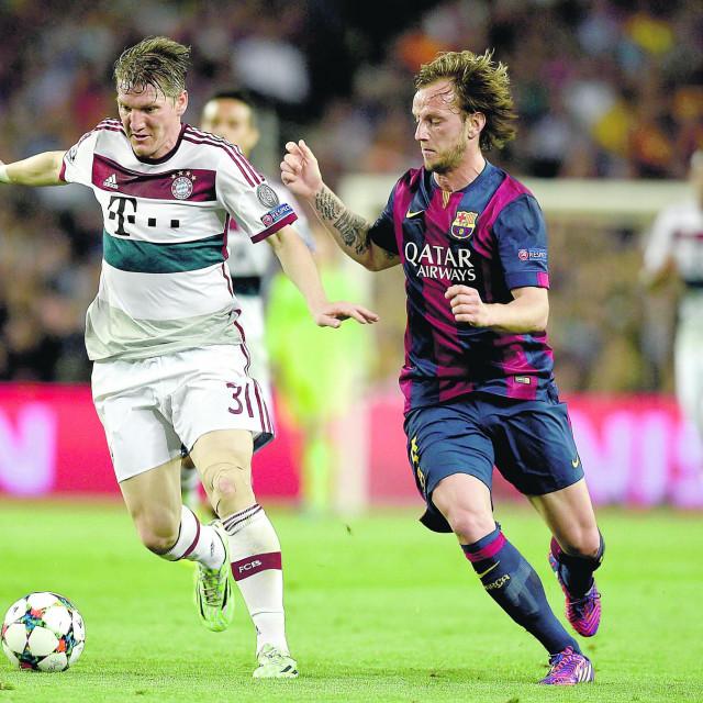 Ivan Rakitić u duelu s Bastianom Schweinsteigerom u duelu iz 2015. godine...