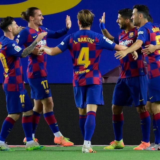 Luis Suarez proslavio je gol sa suigračima