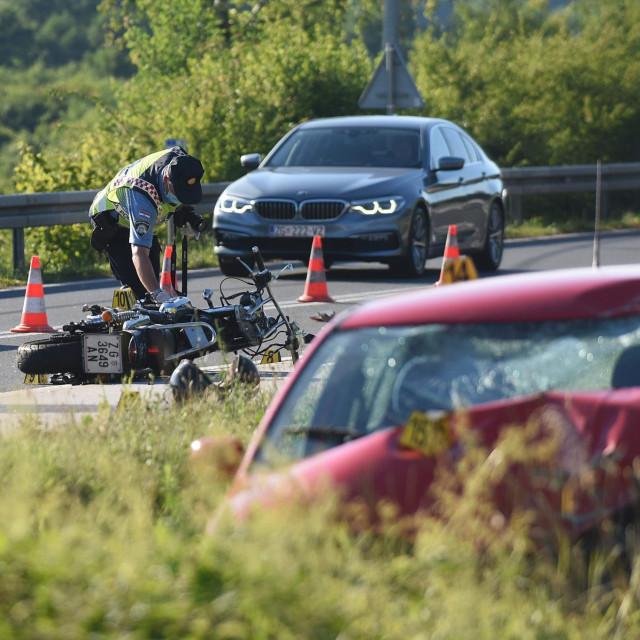 Oko 17 sati u mjestu Tušilović pokraj Karlovca na državnoj cesti DC-1 dogodila se prometna nesreća u kojoj je sudjelovao osobni automobil i motocikl. Vozač motocikla na mjestu je poginuo.<br />