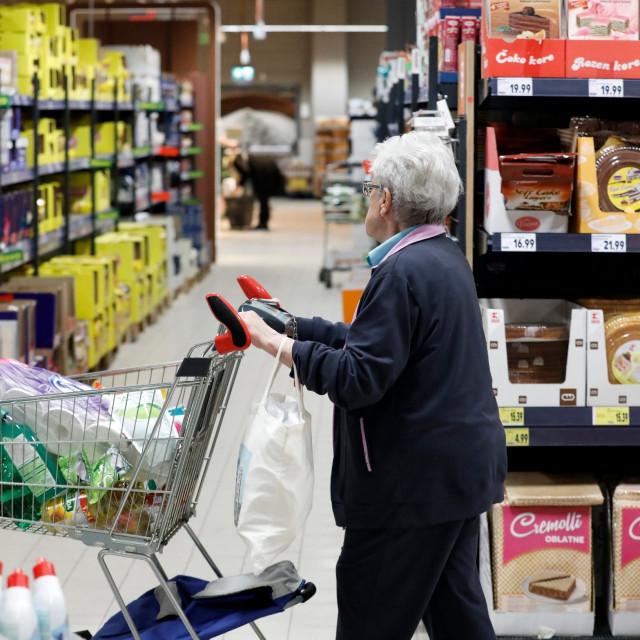 Građani kupuju namirnice