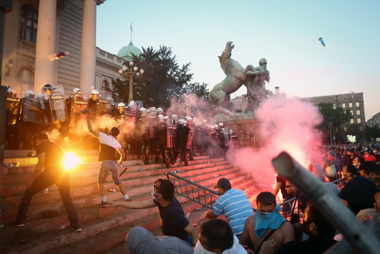 (VIDEO) POLICIJA NAPALA NOVINARE! Bilans nereda u Beogradu: Povrijeđeno 19 policajaca, 17 demonstranata i četiri novinara