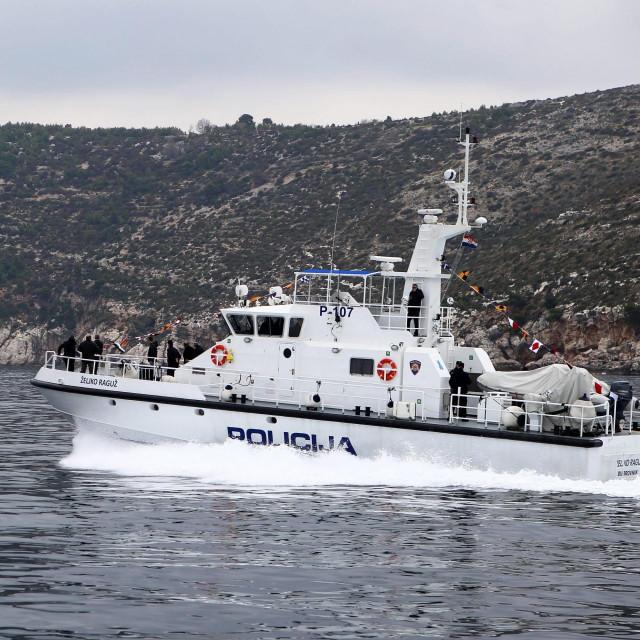 Ilustracija, policijski brod