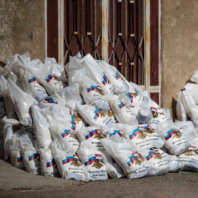 Torbe pune ruske humanitarne pomoći snimljene sredinom lipnja ove godine u graduDerouna Arhau blizini sirijsko-turske granice koje su stanovnici odbili uzeti