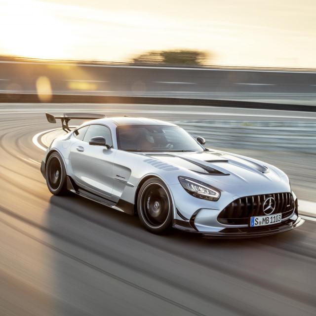 Mercedes-AMG GT Black Series (Kraftstoffverbrauch kombiniert: 12,8 l/100 km, CO2-Emissionen kombiniert: 292 g/km), 2020, Exterieur, Rennstrecke, dynamisch, Front, Seite, hightechsilber // Mercedes-AMG GT Black Series (combined fuel consumption: 12,8 l/100 km, combined CO2 emissions: 292 g/km), 2020, exterieur, race track, dynamic, front, side, hightechsilver
